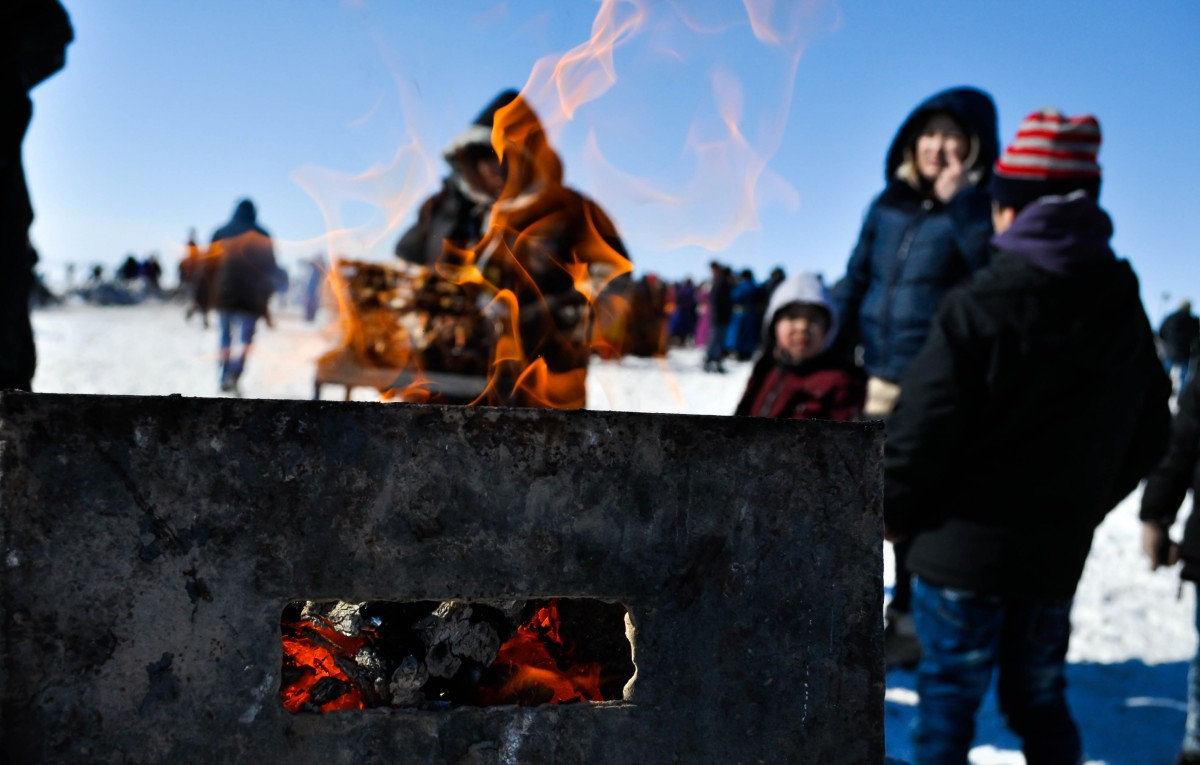 outdoor snow winter smoke recreation roast ice meal cooking flame fire arctic tourism meat barbecue heat preparation cook picnic fun charcoal barbecuing mongolia kebab grilled shashlyk