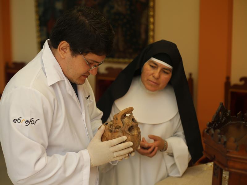 Brazilian 3D designer Cicero Moreas met Sister Rosa Elvira Cáceres at the Monasterio de Santa Catherine of Ciene and inspects Sister Ana skull. Photo courtesy of Foco News Agencys