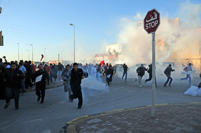 https://upload.wikimedia.org/wikipedia/commons/5/5d/Bahrain_crackdown_Nuwaidrat_14_feb._2011.jpg