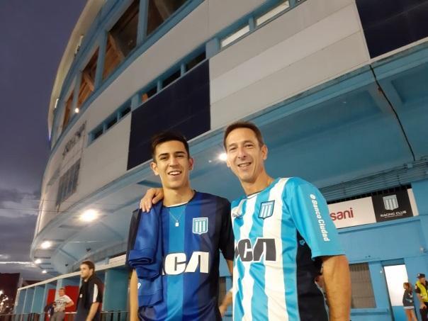 Ramiro e Fabio uniformizados de Racing em frente ao El Cilindro