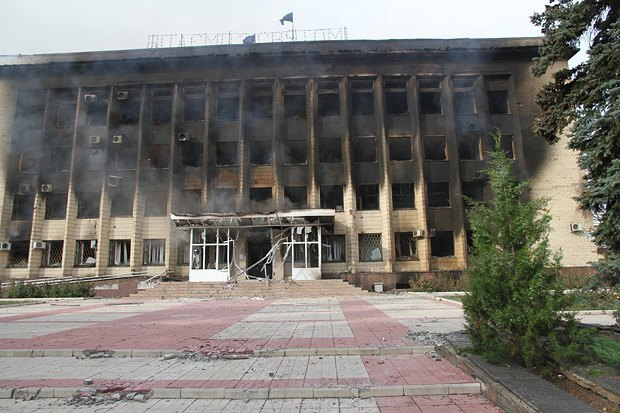 Там выглядела горадминистрация в Дзержинске, когда в город зашли украинские военные в июле 2014 года