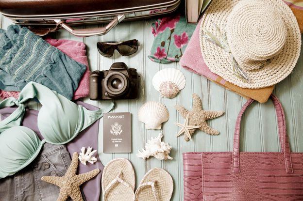 Одежда и купальники в чемодане
