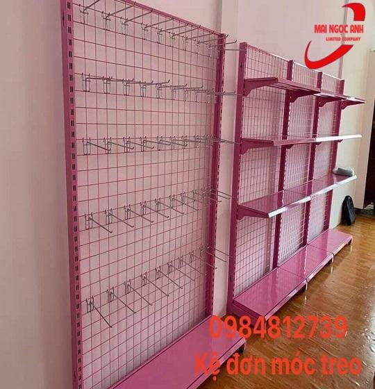 Kệ đơn móc treo với màu hồng xinh xắn, dễ thương, thích hợp với cửa hàng đồ trẻ em