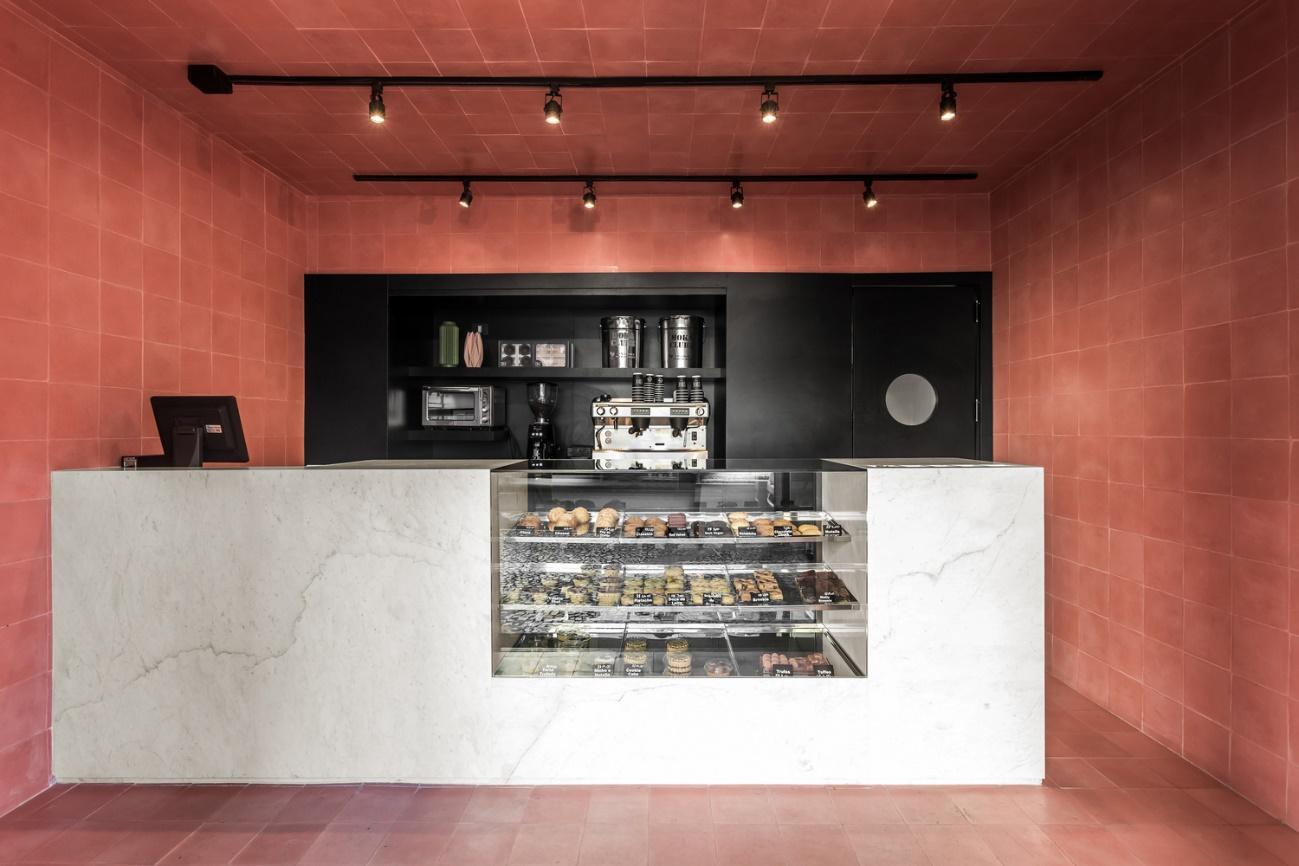 Uma imagem contendo no interior, teto, cozinha, mesa  Descrição gerada automaticamente