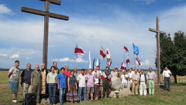 Витольд Ашурок с группой людей
