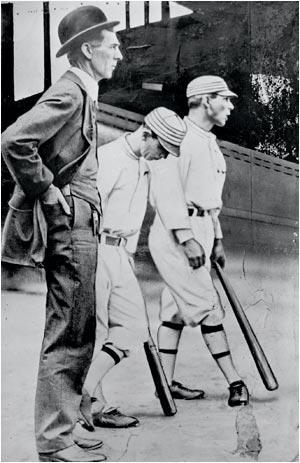Foto en blanco y negro de un hombre con un sombrero  Descripción generada automáticamente con confianza media