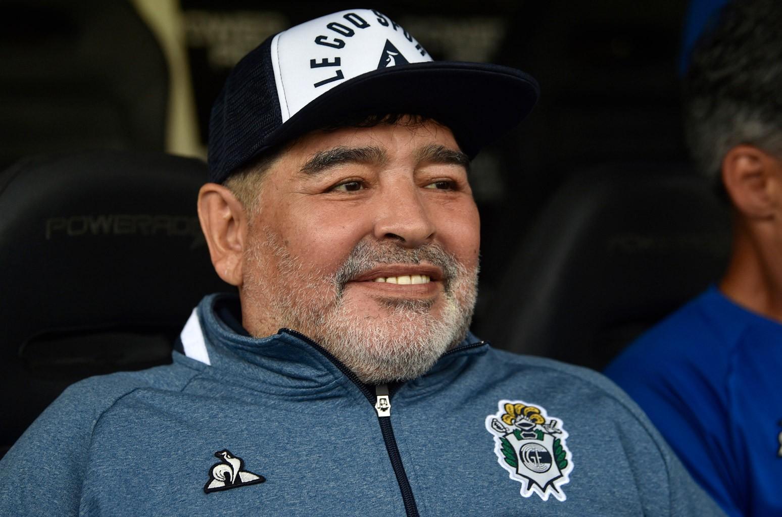 Ngay cả khi từ giã sân cỏ, Maradona vẫn yêu bóng đá.