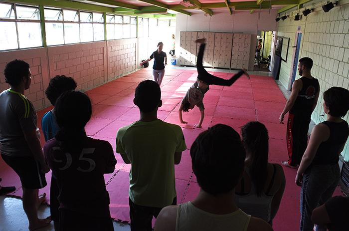 El taller de capoeira, con cupo lleno, se llevó a cabo en el espacio anexo del gimnasio Armando Vásquez. Foto: Ruth Garita/OCM.