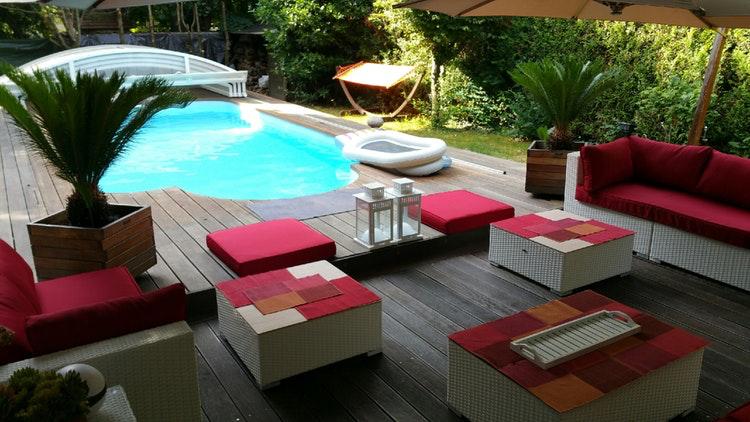 Piscine avec pool house et coin détente.