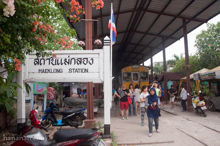 Jalan-jalan di Maeklong Railway Market