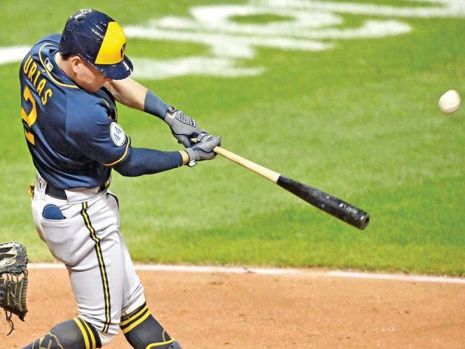 Jugador de béisbol bateando una pelota  Descripción generada automáticamente