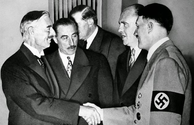 Рукопожатие А. Гитлера и Н. Чемберлена на Мюнхенской конференции