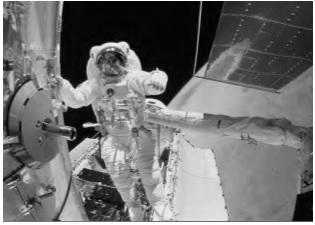 Imagem retirada da questão 25 da prova do Enem de 2009 mostra o astronauta próximo ao telescópio Hubble