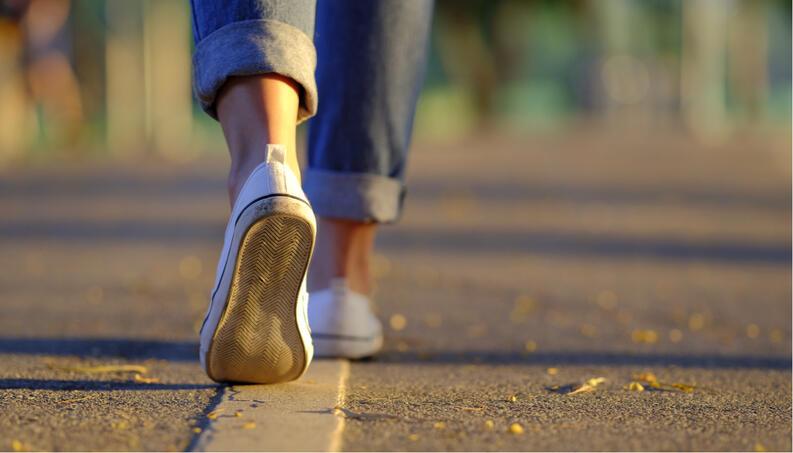 mujer caminando pasos tenis blancos 52205