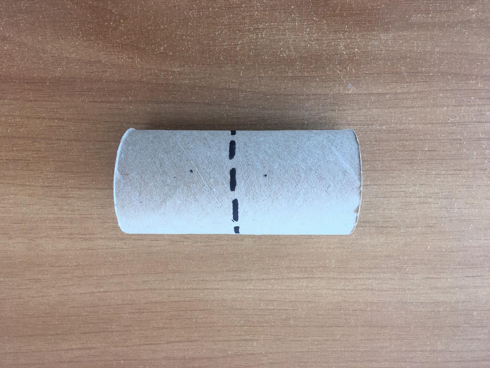 Trazado en fibra de una línea punteada que divide el rollo de cartón en dos partes iguales.