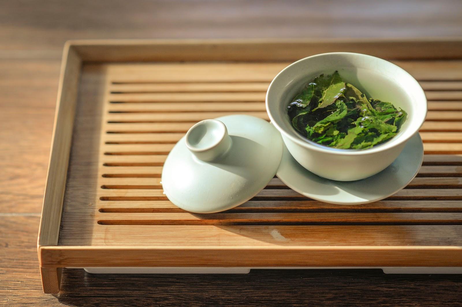 Tasse mit grünem Tee als Lebensmittel gegen unreine Haut