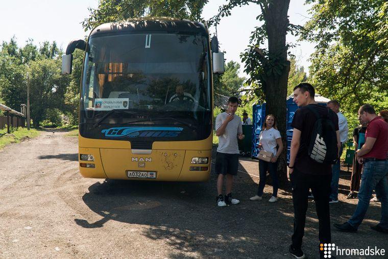 Автобус з номерами так званої «ЛНР» привозить українців, які хочуть отримати паспорт громадянина РФ, Новошахтинськ, 18 червня 2019 року
