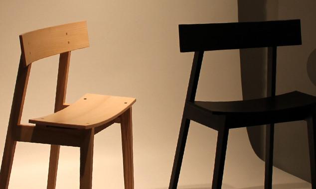 ③ シンプルなメーベルトーコーの椅子は2人にピッタリなさりげないこだわりをのぞかせる