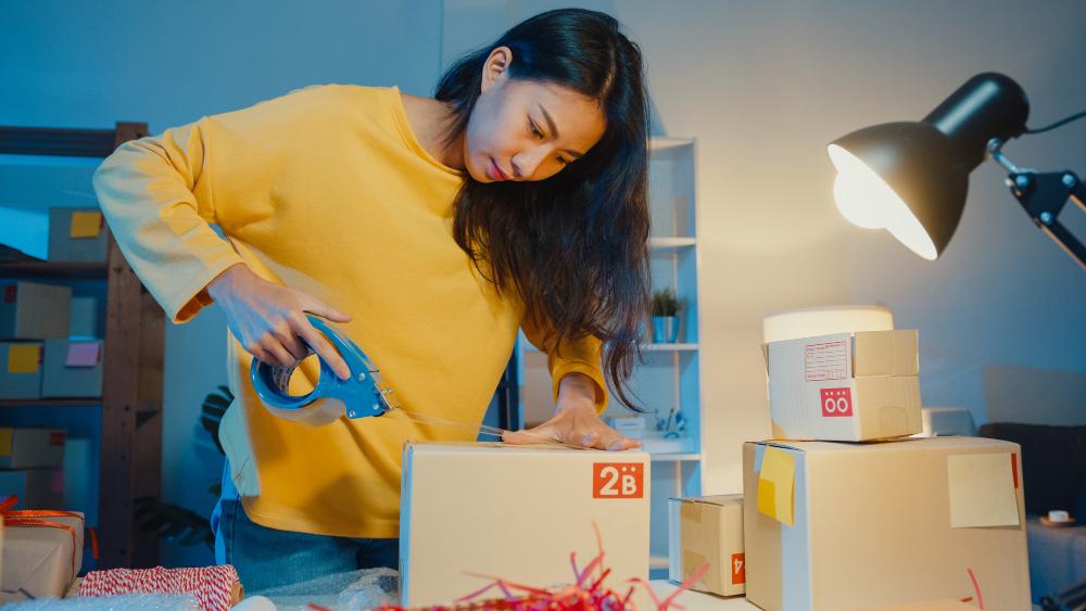 Para oferecer frete fixo, o lojista deve saber qual o ticket médio de sua loja e quais são os produtos que mais têm saída. (Foto: FreePik)