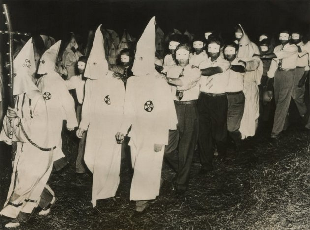 Ceremonia iniciática del Ku Klux Klan en Stone Mountain, de Atlanta, Georgia, en junio de 1949. Foto: Everett Collection Shutterstock