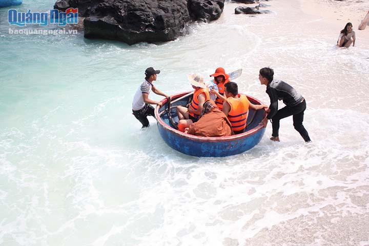Nhiều du khách thích thú khi được lênh đênh trên thuyền thúng cùng ngư dân