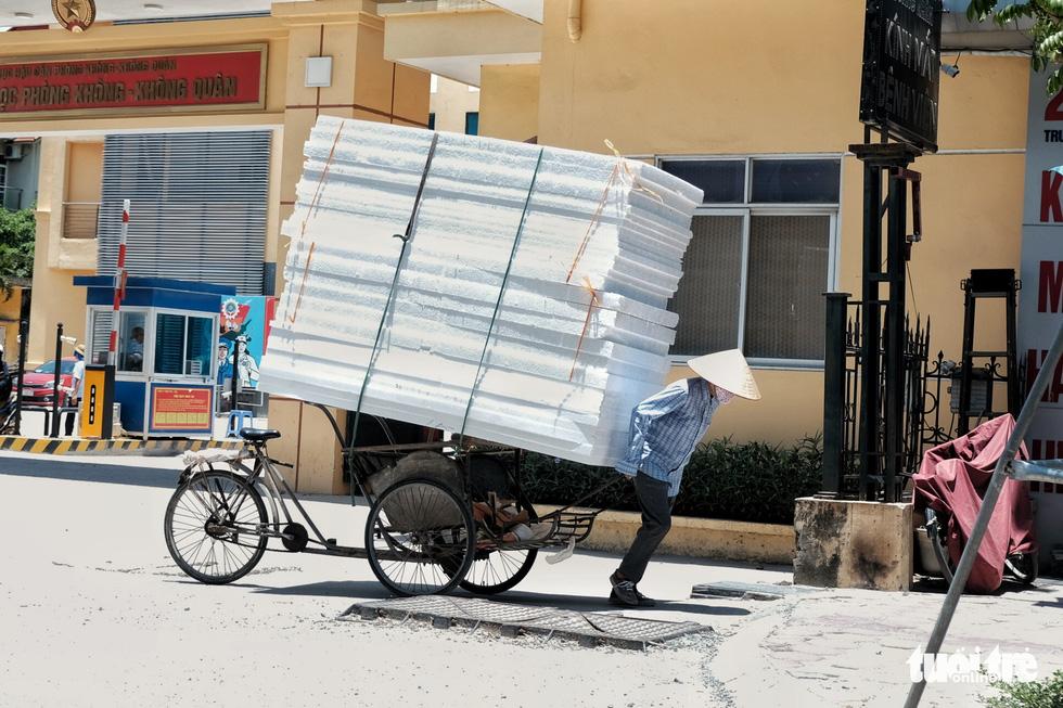 Hà Nội: Nắng 'rán' mặt đường chảy nhựa loang lổ - Ảnh 2