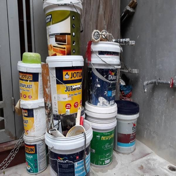 Tận dụng các thùng sơn đã cũ để sơn nhà
