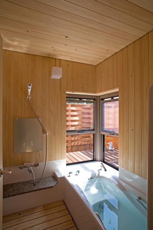 Phòng tắm phong cách chiết trung bởi 尾日向辰文建築設計事務所 Chiết trung