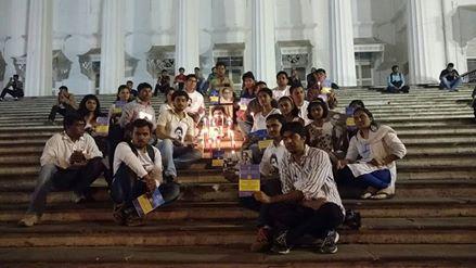 'मुंबई के विख्यात एशियाटिक लायब्ररी के सामने रोहित वेमुला कि याद मे मोम्बात्तीया जलाकर आदरांजली अर्पित की गयी !'