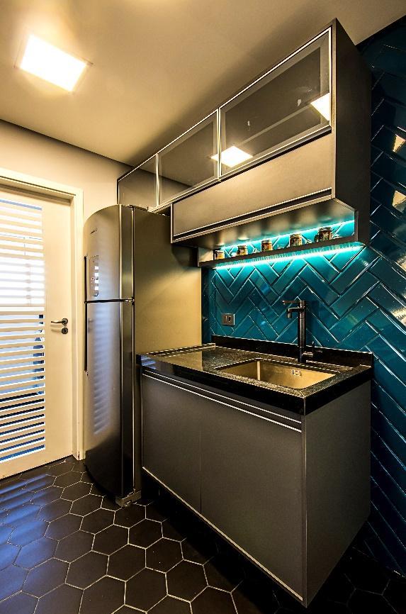 Cozinha estilo moderno com piso hexagonal preto, armários e pia preto e cinza com azulejo escama de peixe azul.