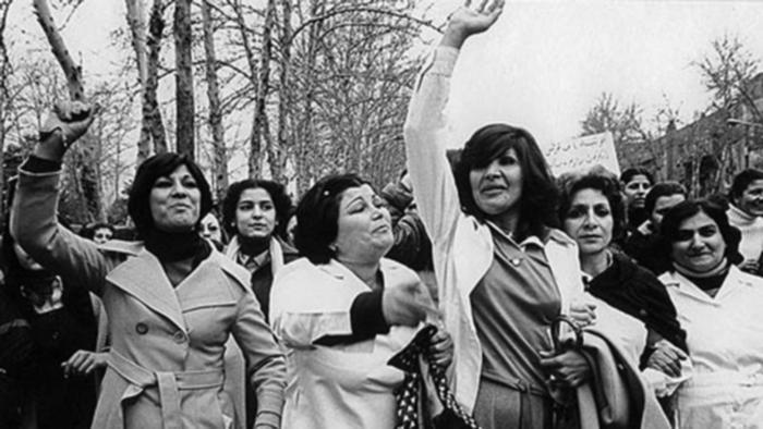 چگونه در اوایل انقلاب حجاب اجباری شد   ایران   DW   04.01.2014