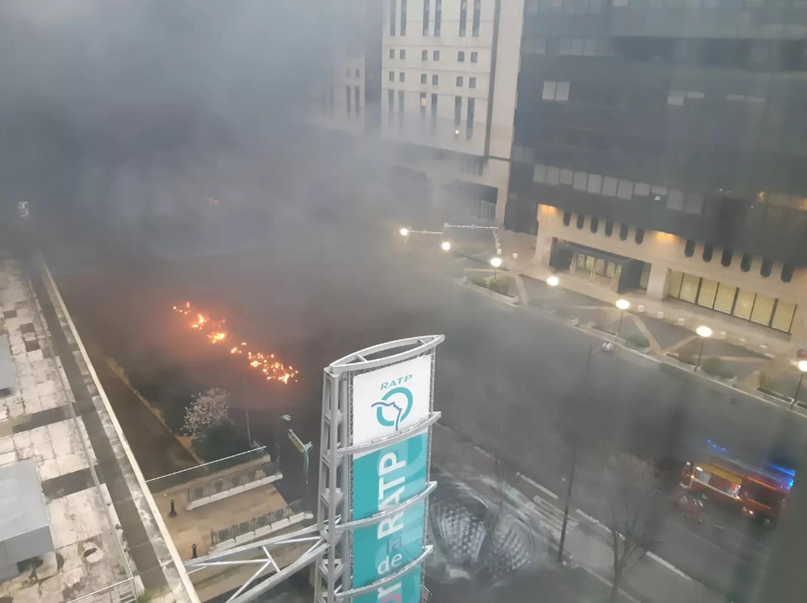 Incêndio causado por manifestantes atingiu a Gare de Lyon, uma das principais estações de trem de Paris.
