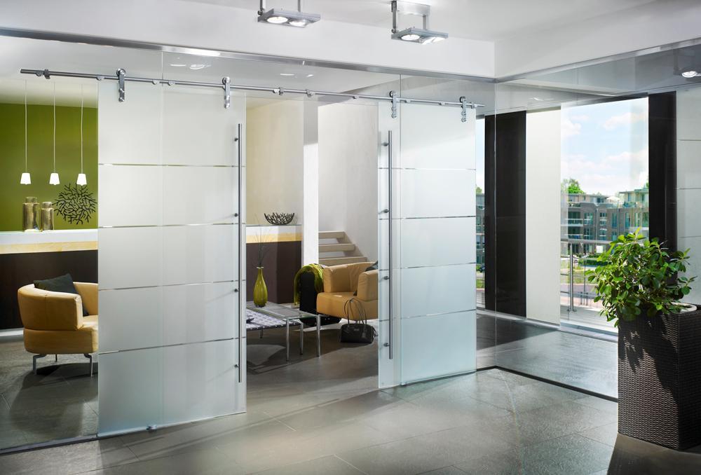 Cửa có thiết kế bằng kính giúp cho không gian trở nên sang trọng hơn