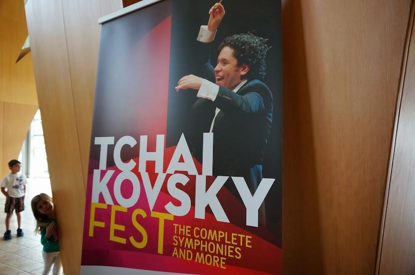 """El Tchaikovsky Fest culminó con una orquesta binacional conformada por la OSSBV y a LAPhil conducidas por el maestro Gustavo Dudamel. Después del concierto, Dudamel invitó a los músicos venezolanos a seguir tocando con convicción y, sobre todo """"...con la unión de toda la vida"""""""