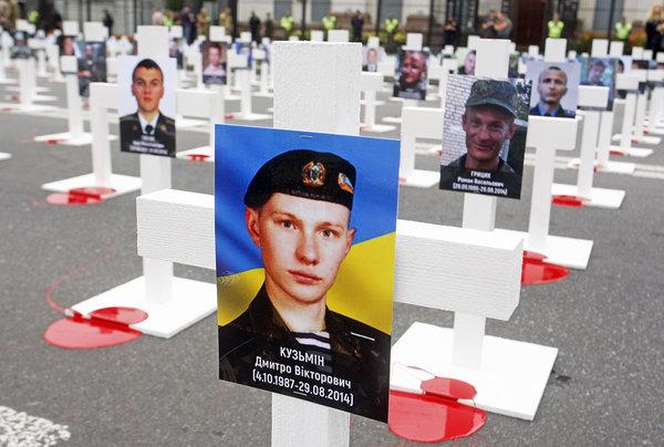 Акция памяти украинских военнослужащих, погибших под Иловайском, уздания посольстваРФ вКиеве. Фото: Serg Glovny / Zuma / TASS
