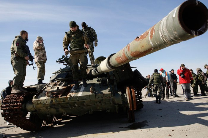 Бойовики оглядають пошкоджений український танк в зруйнованому аеропорту Донецька, 13 жовтня 2015.