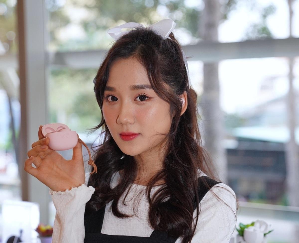 Ca sĩ Mina Young trải nghiệm sản phẩm tại sự kiện ra mắt.
