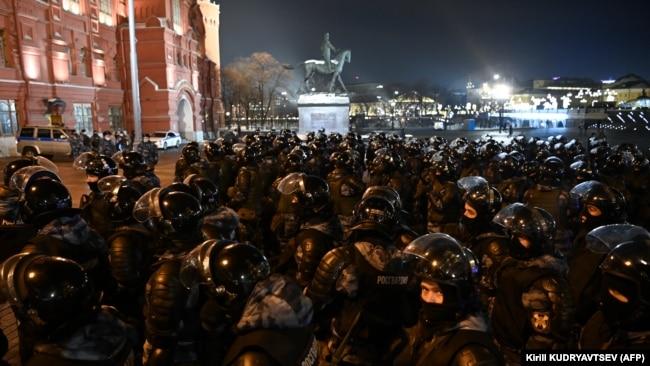 Бойцы Росгвардии у Красной площади во время протестов в поддержку Навального 2 февраля 2021 года