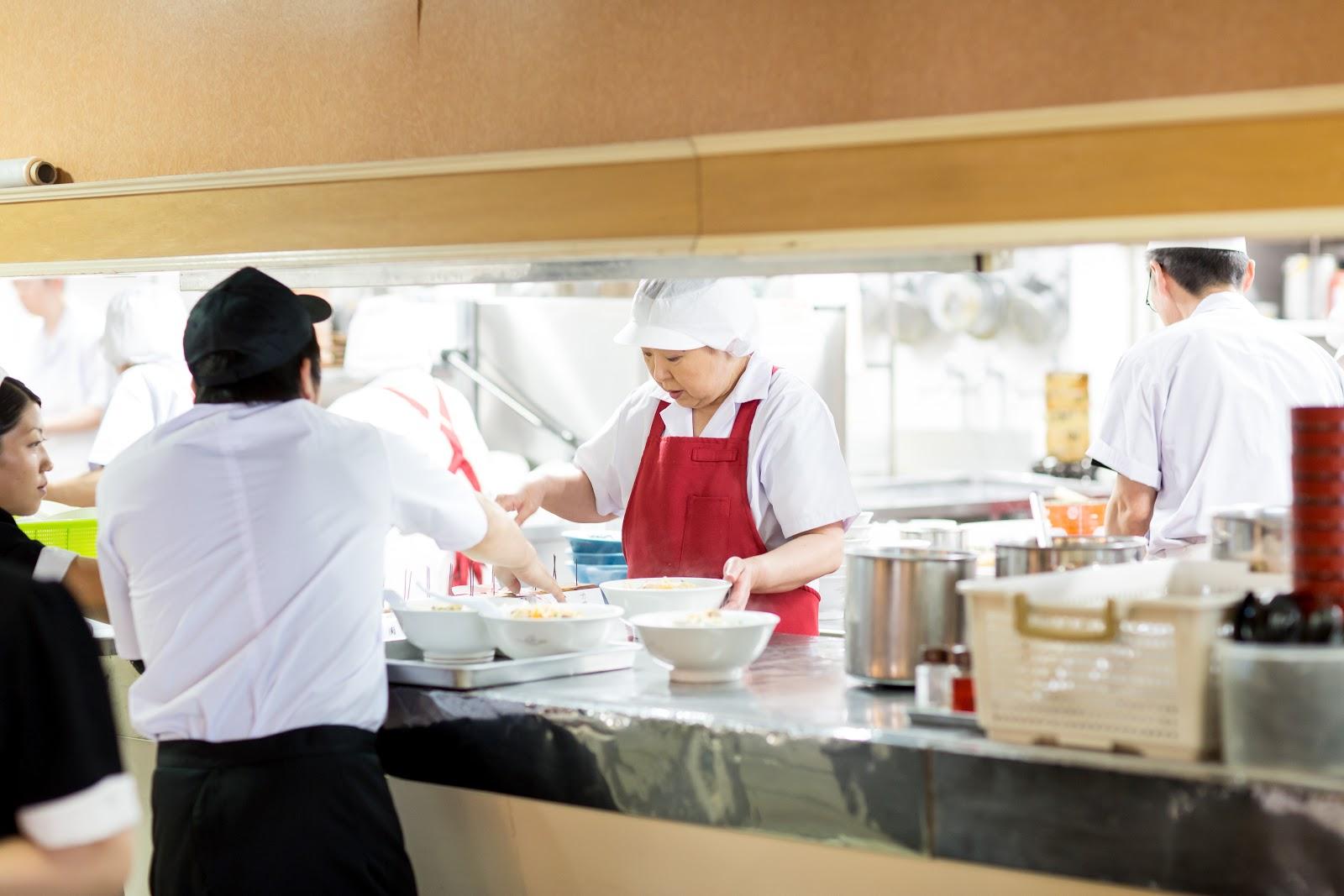 大食堂の厨房はいつも大忙し