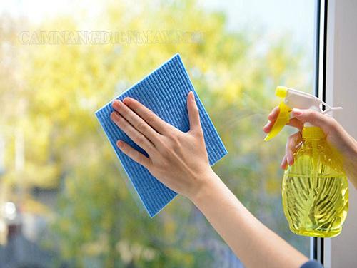 Sử dụng nước và khăn mềm để lau kính