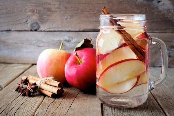 Nước detox đẹp da với táo và quế