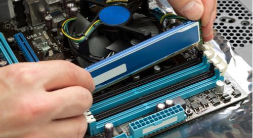 Installation von RAM-Speicher in einen PC.