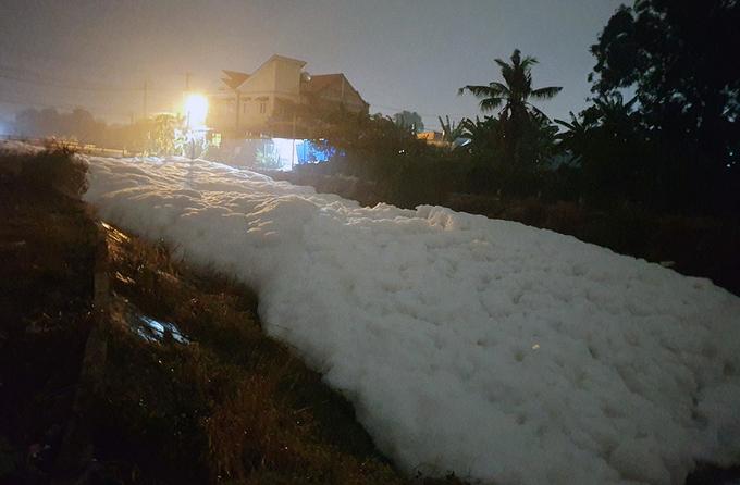 Gây sủi bọt 200m sông, công ty bột giặt Lix bị phạt 1.1 tỷ đồng - Ảnh 1