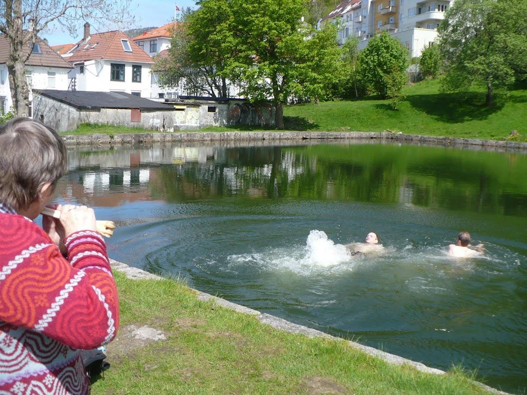 Wenche spiller mens Øystein og Lars Thore bader.