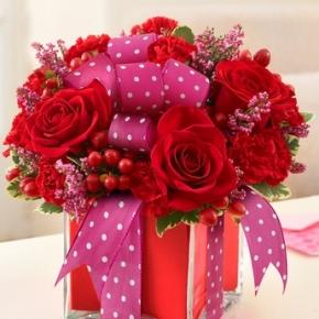 جعبه با طراحی گل بر روی آن