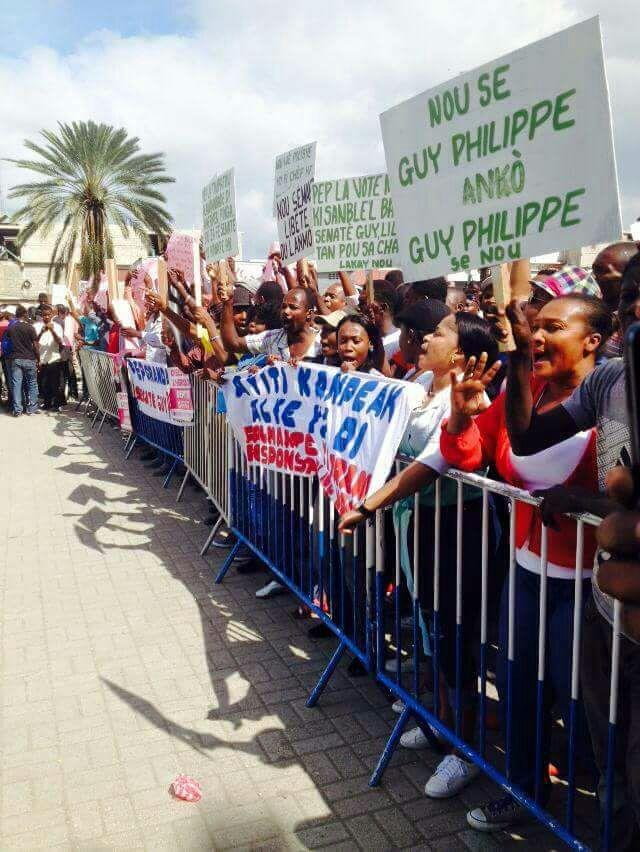 GUY PHILIPPE SUPPORTERS OUTSIDE MIAMI FEDERAL LOCK-UP TODAY