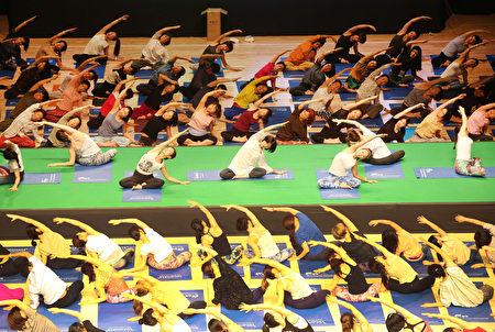 韩国近日又爆出有毒瑜伽垫事件。图为韩国民众在练瑜伽。(newsis)