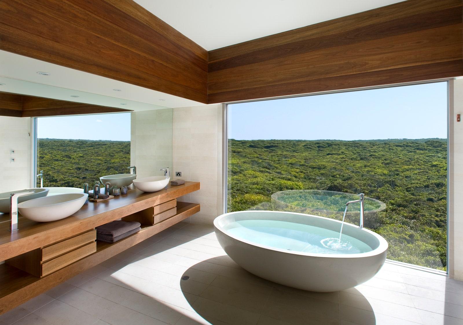 Desain kamar mandi di Southern Ocean Lodge, Australia - source: architecturaldigest.com