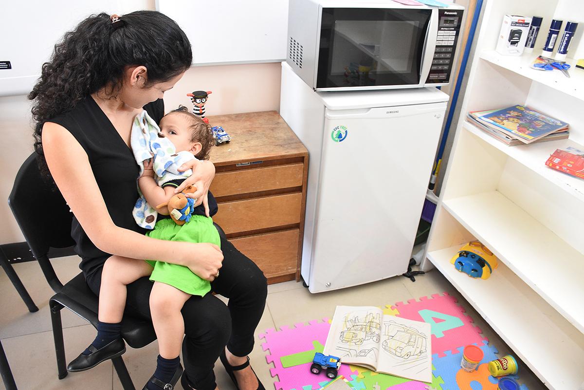 Emma Sofia Mora y su mamá, Josselin Godínez, hacen uso de la Sala de Lactancia. Foto: Ruth Garita / OCM.
