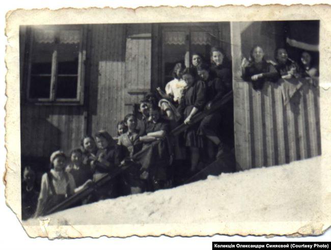 Фото примусових робітниць із Луганська, які працювали на фабриці із виготовлення лампочок у місті Гросбрайтенбах, 1943 рік. Колекція Олександри Синяєвой